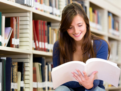 Junge Frau informiert sich in der Bibliothek © Andres Rodriguez, Fotolia