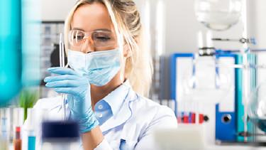 Junge Frau bei der Arbeit im Labor © Scanrail, Fotolia