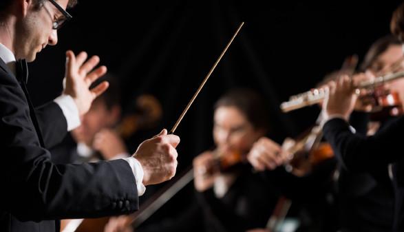 Dirigent mit Orchester © stokkete, stock.adobe.com